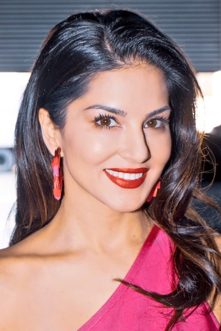 I am in 😍 with this Lip Color - #CherryBomb by @starstruckbysl  #SunnyLeone https://t.co/AYByjtUjP4