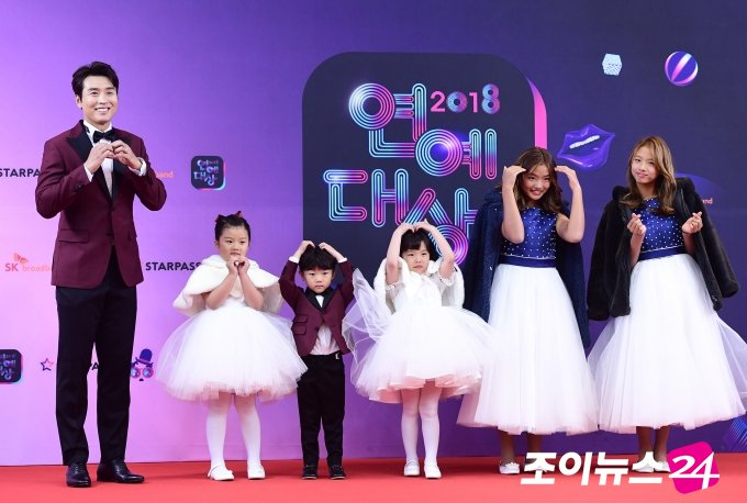 【2018 KBS芸能大賞】幸せな男イ・ドングク、宝物の五姉弟と一緒に! https://bit.ly/2Repf4n  #KBS芸能大賞 #イ・ドングク