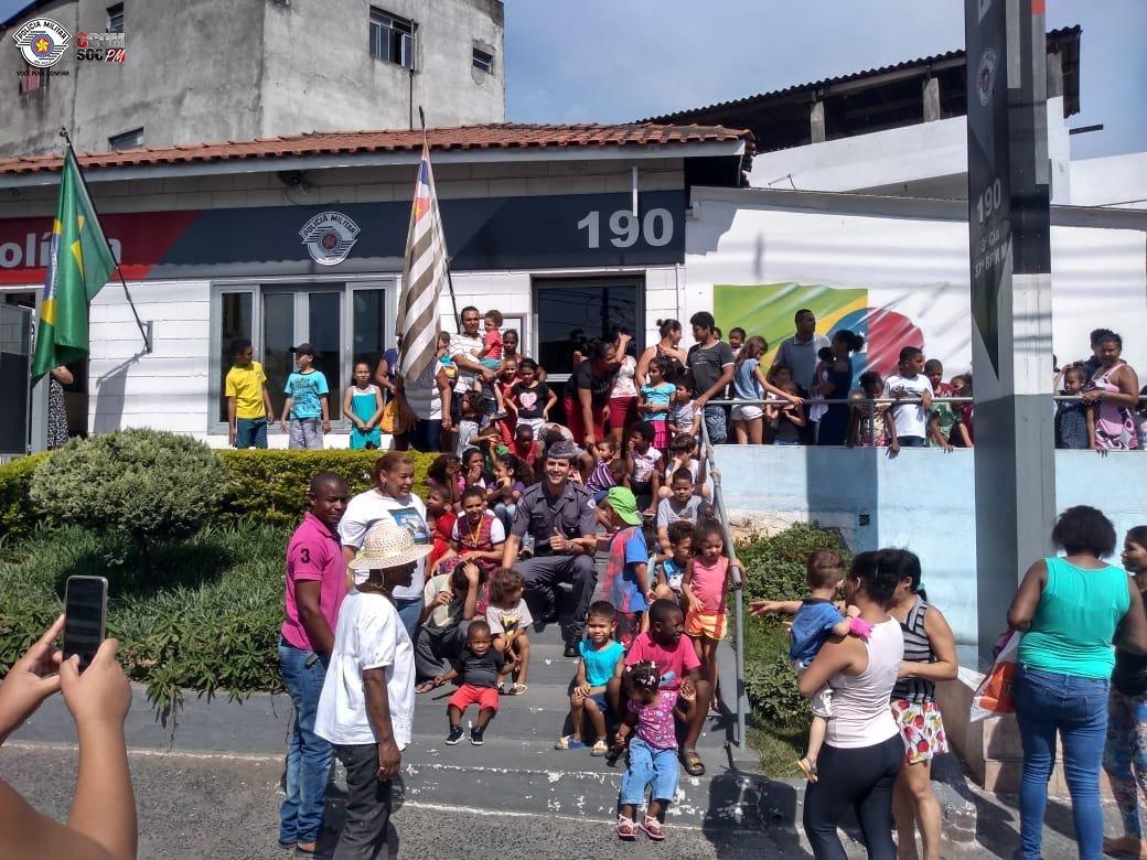 """Policiais Militares da Base Jardim Ranieri realizaram o """"Natal Feliz"""" no Capão Redondo. Confira - https://t.co/jvXzUvH8Vc"""