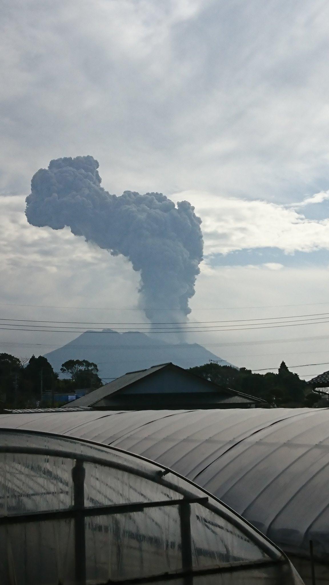 画像,揺れたと思ったら桜島だった。灰がすごそうだ#桜島#桜島噴火 https://t.co/7sFeYLc8Zo。