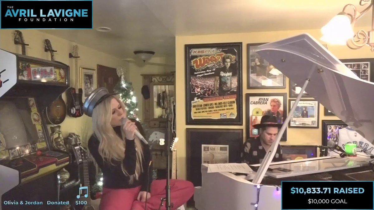#AvrilLavigne interpretó #TellMeItsOver desde la casa de #RyanCabrera en una sesión musical en beneficio de #TheAvrilLavigneFoundation