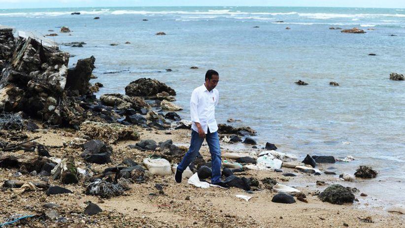 Jokowi sedang mengecek daerah yang terdampak Tsunami di Selat Sunda