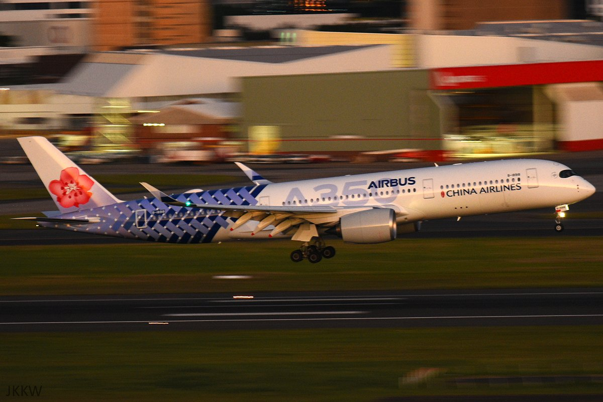 China Airlines' A350 in the amazing Carbon Fibre livery landing at Sydney Airport last night.  #planespotting #ChinaAirlines #Airbus #A350 #A350XWB #Sydneypic.twitter.com/KmfZxRtCGT