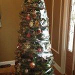 クリスマスツリーのネコ対策がスゴい!気持ちの葛藤がよく分かる!
