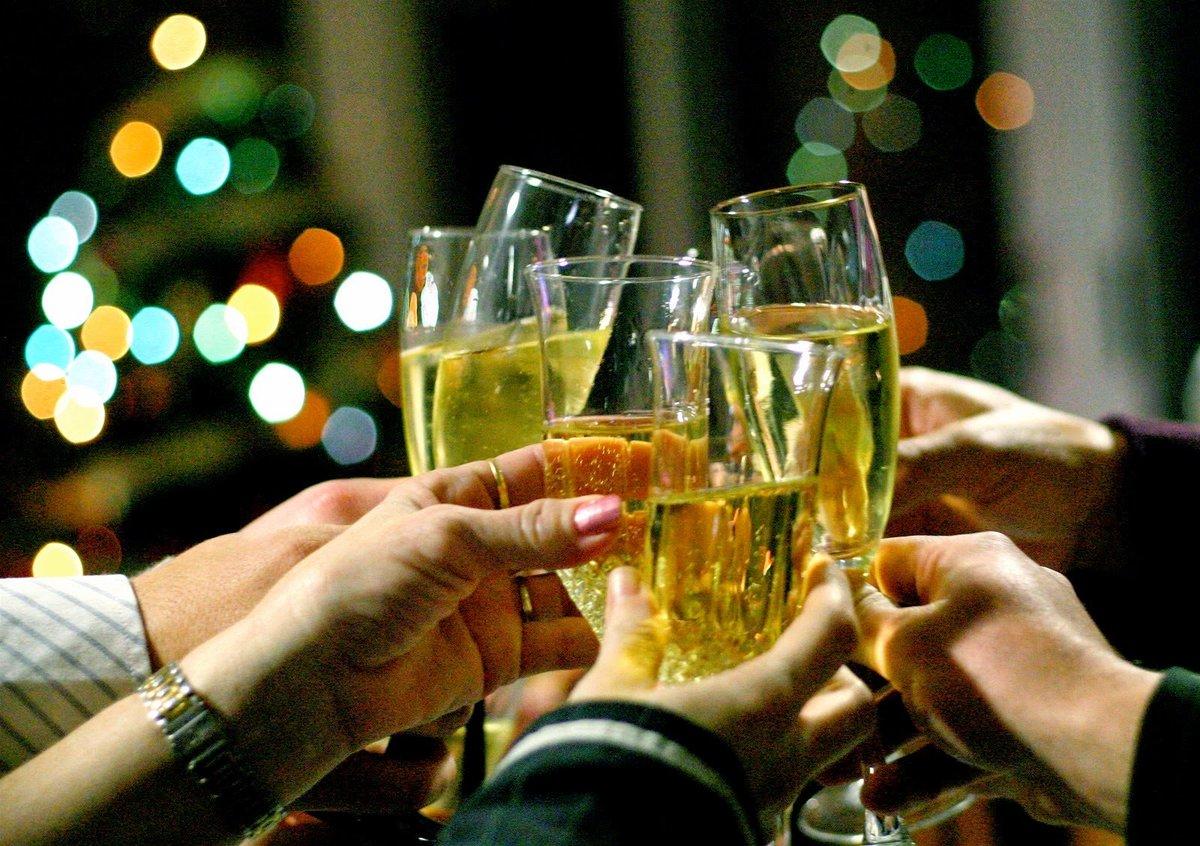 Картинка с шампанским за нас