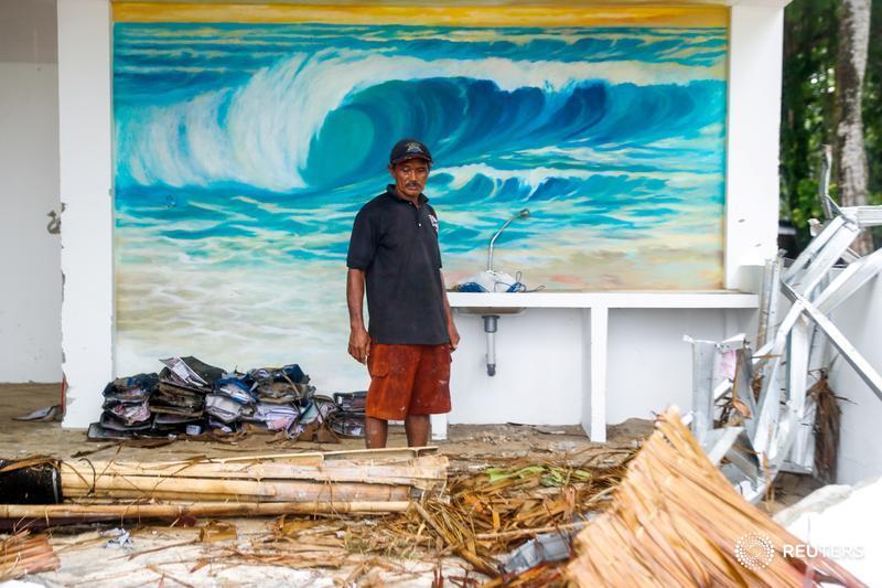A worker stands in front of a mural inside a resort bar destroyed by the tsunami in Tanjung Lesung, Banten province, Indonesia: https://reut.rs/2Cw5hKj | 📷 Jorge Silva