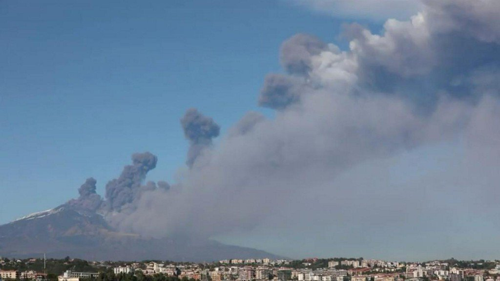 Italy's Mount Etna erupts, authorities close airport https://reut.rs/2CwATiJ