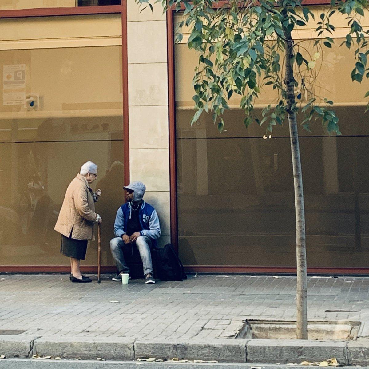 Nochebuena en Barcelona, hace unas horas. Un hombre pide en la calle. Una mujer mayor se le acerca con un bocadillo. Charlan y ríen durante un buen rato. Les observo desde una cafetería. ¿De qué hablarán? He tenido que preguntar. Y he encontrado dos personas con un mismo sueño.⬇️