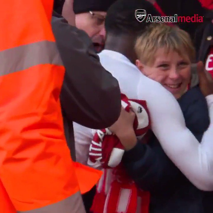 It's the Saturday before Christmas, you've just watched your team win 3-1, and then @Ains_7 does this...   A perfect pre-Christmas gift for this young fan 🎁  #MerryChristmas