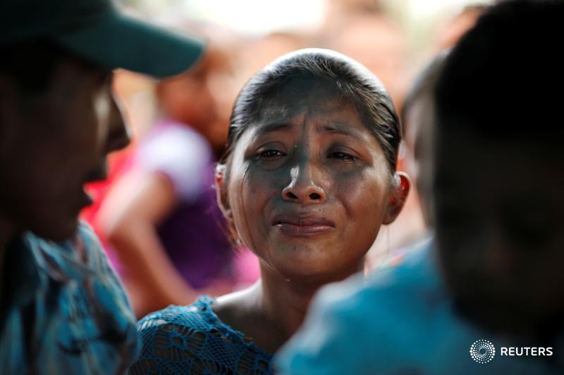 Familiares y amigos asisten al funeral de Jakelin Caal, la niña de 7 años que murió mientras se encontraba bajo la custodia de la Aduana y Protección Fronteriza de #EEUU, en San Antonio Secortez en #Guatemala . REUTERS/Carlos Barría