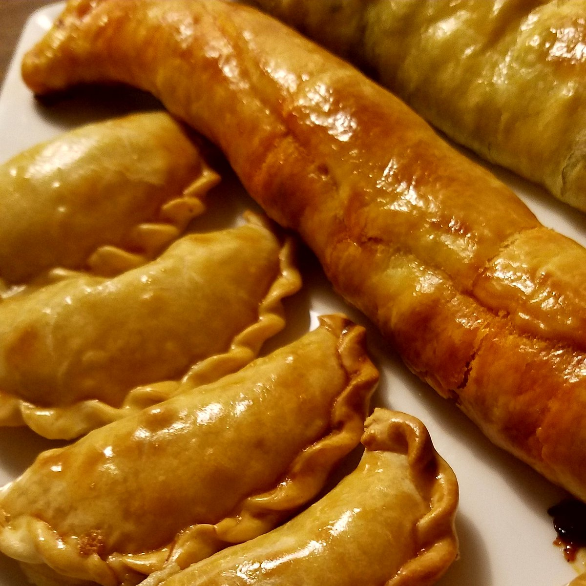 Delicious! When different traditions work wonders #empanas #empanadasdemaiz #rollosdeespinacas #rollosdesobrasada #deliciousfood #worldfood #traditionalfood #creativefood #newrecipes #empanadascruceñas #santacruzbolivia #palmademallorca #Spain #Bolivia @smygoodness