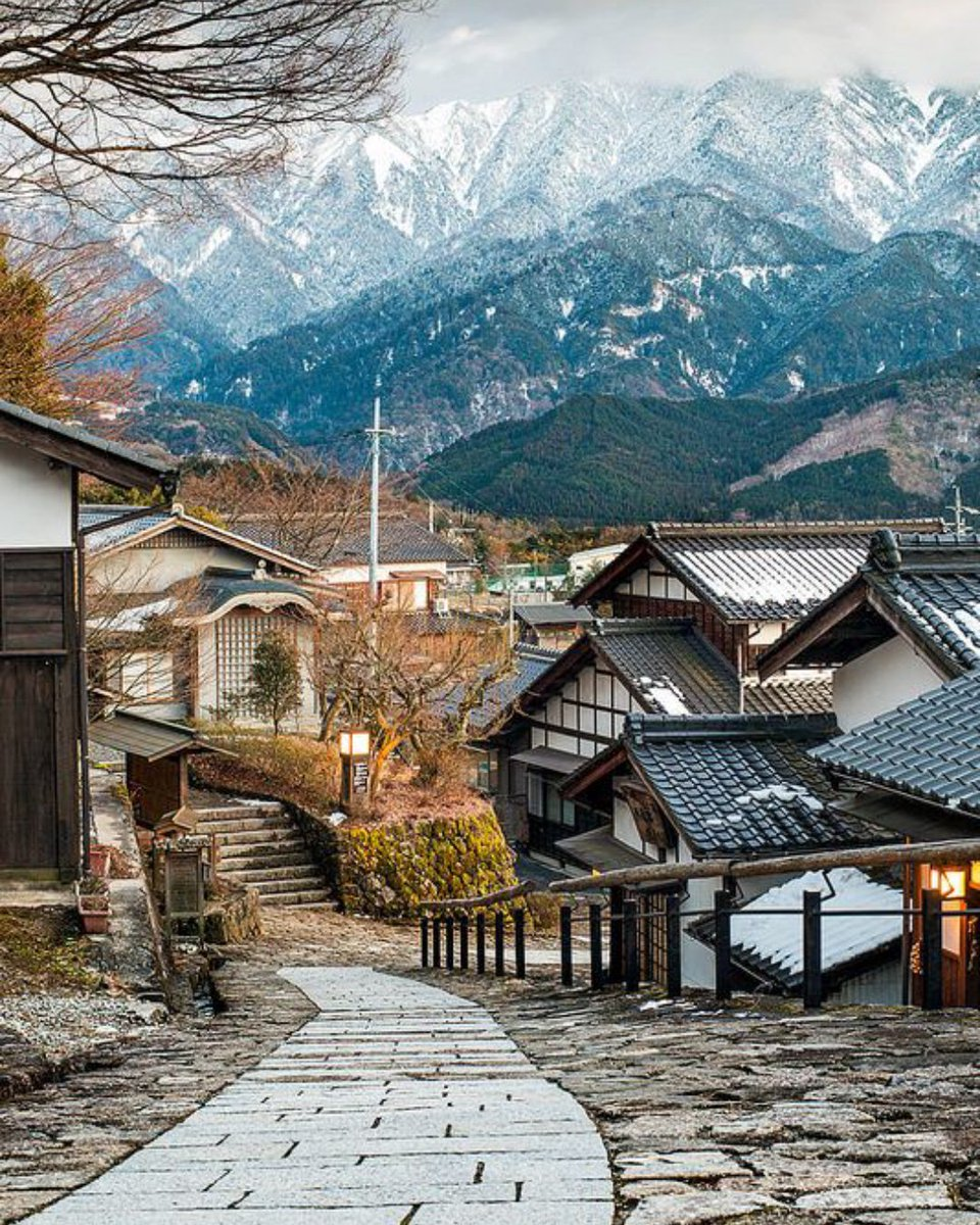 Sometimes, the smaller, quieter places are even better than popular tourist spots. Walking down the stone path in the town of Magome (馬籠) in Kiso Valley, Nagano. #magome #kisovalley #nagano #travelphoto #japanphoto #learnjapanese #馬籠 #木曽路 #長野pic.twitter.com/QsJUEhnmZ3