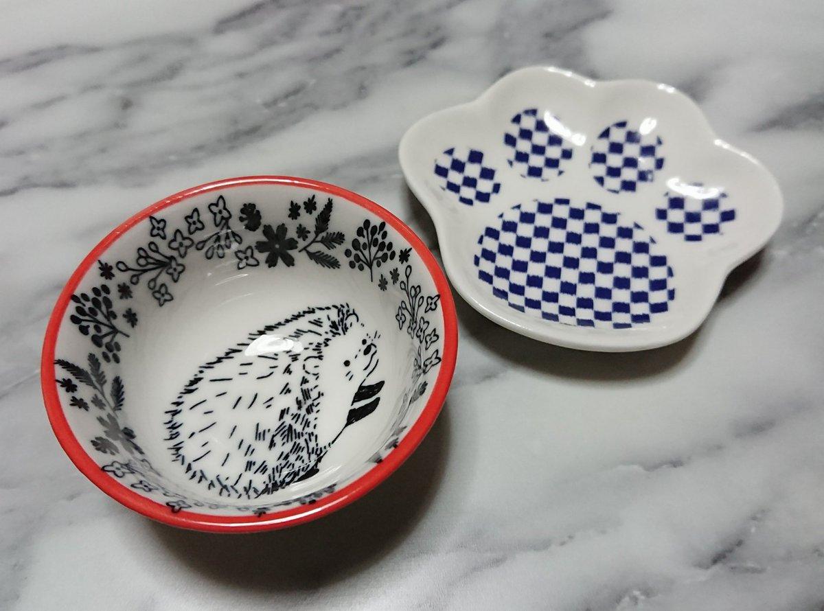 test ツイッターメディア - シャル君の仏壇にお供えする用のお皿を新たに買ってきた。 肉球の絵柄はおやつを乗せる用、ハリネズミのミニ小鉢はフードを入れる用にしようかな(*´ー`*)♪ ハリネズミのは大きいサイズもあったからワイのエサ(白米)用にお揃いで買ってもうた。 上がるわ。  #セリア https://t.co/sgdrXFa4yV