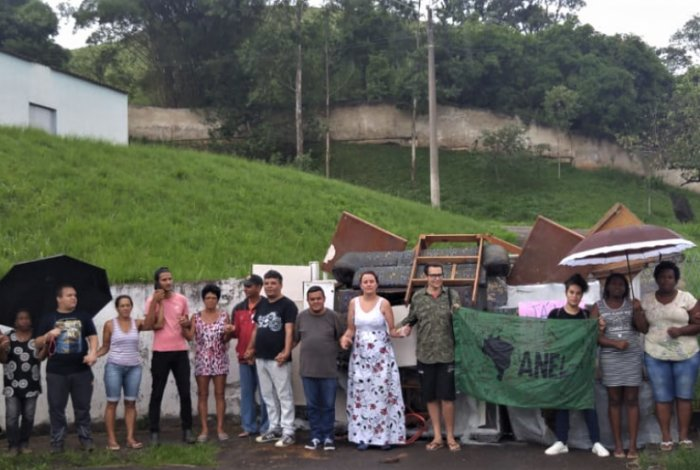 Pais de alunos cercam Ciep em Volta Redonda, na tentativa de impedir o fechamento da escola  Confira: https://t.co/cP6pBzN4Yy