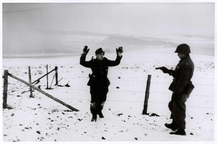 RT ICPhotog: Robert Capa at work during WWII.  📷Robert Capa, [American soldier capturing a German during the Battle of the Bulge, south of Bastogne, Belgium], December 23-26, 1944 #ICPCollections https://bit.ly/2odDEMU
