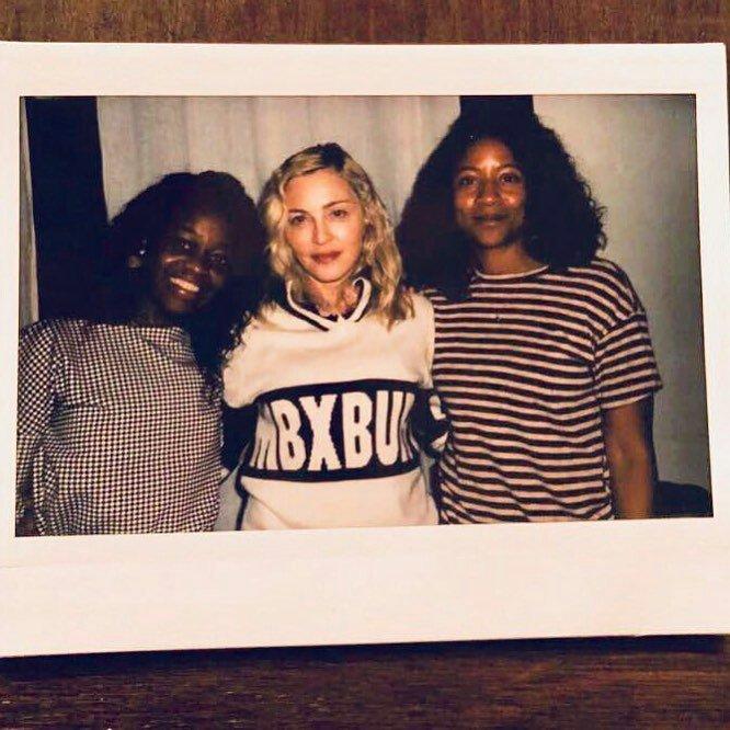 En mars, on apprenait que Madonna allait passer derrière la caméra pour la 3éme fois pour réaliser Taking Flight, un film basé sur la biographie de la danseuse étoile Michaela DePrince http://news.madonnatribe.com/fr/2018/madonna-va-realiser-son-3eme-film-taking-flight/… http://news.madonnatribe.com/fr/2018/je-suis-honoree-de-porter-sa-vie-a-lecran-et-de-realiser-ce-film/… #TBT #Madonna2018