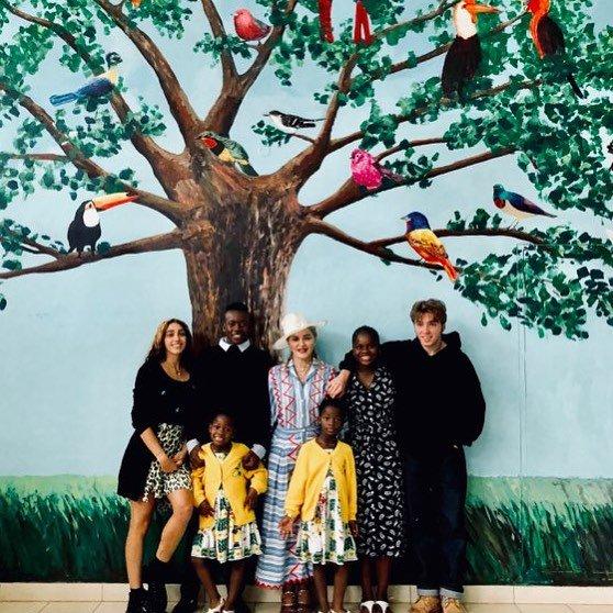 En Juillet, Madonna et ses enfants se sont rendus au Malawi, un an après l'inauguration de l'unité de soins intensifs pédiatriques Mercy James #TBT #Madonna2018 #RaisingMalawi