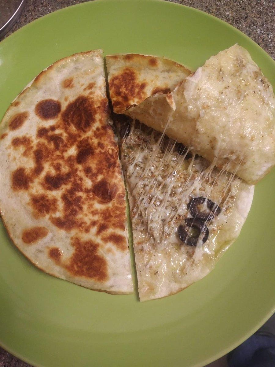 Entonces Necesitas Preparar Esto En Casa, Tortilla De Harina, Mezcla De  Quesos Rallados (en Este Caso Use Mozzarella Y Pepper Jack), Zaatar Y  Aceituna ...