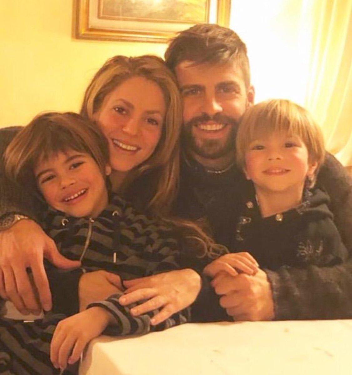 #Shakira y #Piqué le desean felices fiestas de fin de año a sus seguidores con esta foto familiar 😍 https://t.co/LkQOjAw3i8