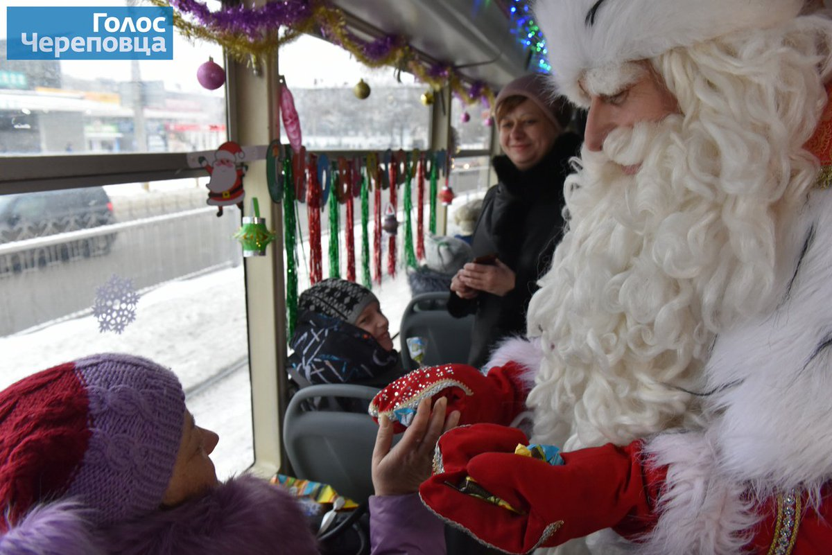 Santa Claus treats candy passengers of the bus. Good trip! #Newyearmood #Cherepovets  pic.twitter.com/H6alVXR198