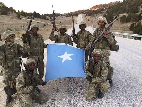 تركيا تخرج أوّل دفعة ضباط صف في الصومال من قاعدتها العسكرية DvjD-mgWkAA7Mv7