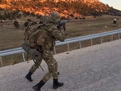 تركيا تخرج أوّل دفعة ضباط صف في الصومال من قاعدتها العسكرية DvjD-uxXQAA2qtF