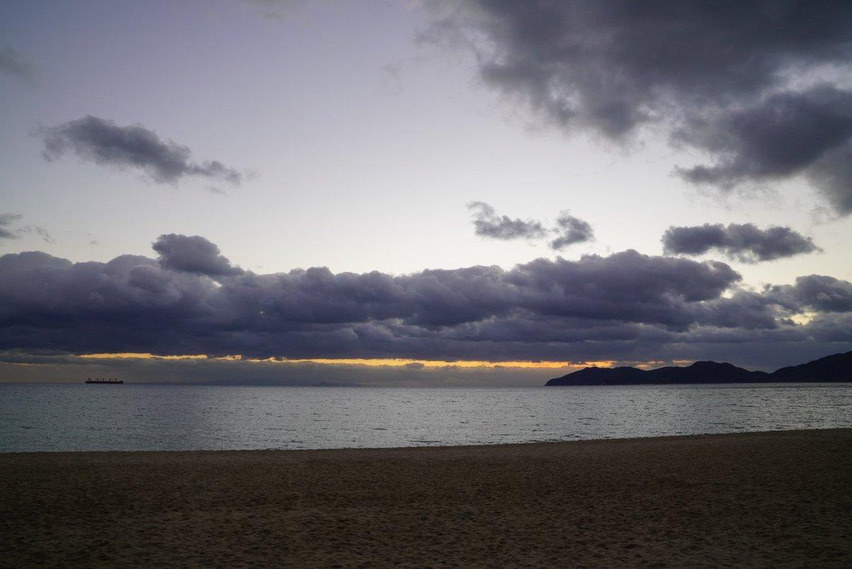 年末にふさわしい、荒々しい雲☁️  虹ヶ浜海水浴場(山口県光市)  #イマソラ #写真好きな人と繋がりたい  #ファインダー越しの私の世界 https://t.co/HQxXDH1CZN
