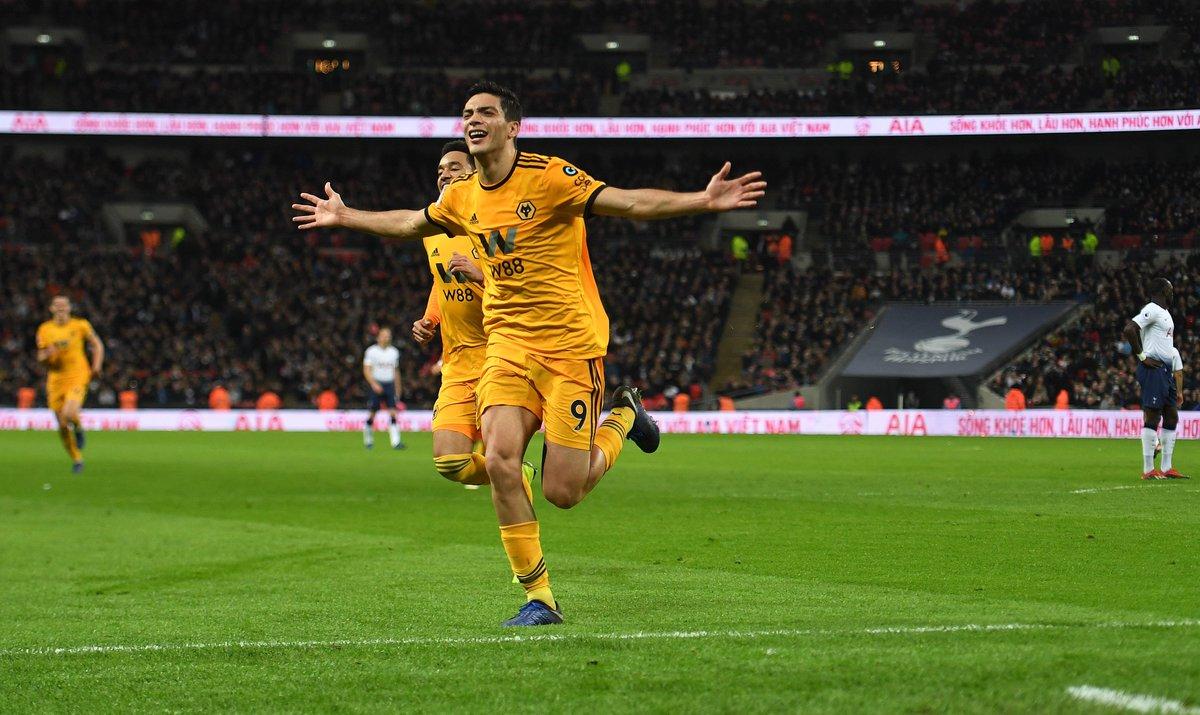 Raúl Jiménez festeja su gol ante el Tottenham Hotspur