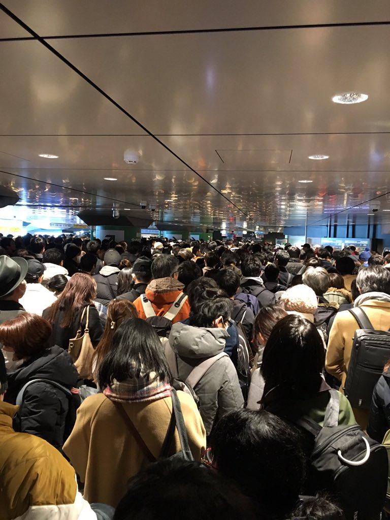 東京駅が新幹線の車両故障で大混雑している現場の画像
