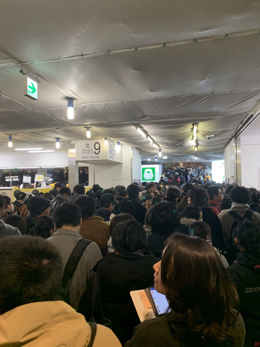 東京駅の新幹線乗り場が帰省ラッシュと車両故障で大混雑している画像