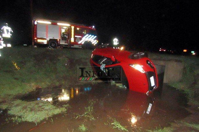 #Ruta35 | En medio de la tormenta, el viento sacó un auto de la ruta y lo volcó