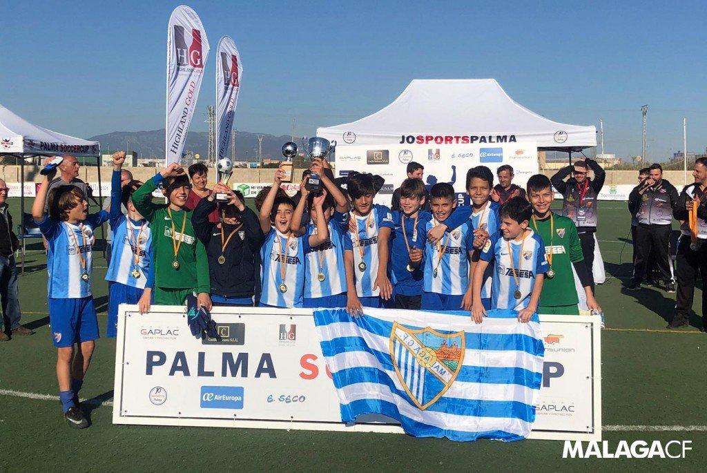 ACADEMIA| Nuestro #AlevínA y #BenjamínA se han proclamado campeón y semifinalista de la #PalmaSoccerCup respectivamente. ¡Enhorabuena, cracks! 👏🤩  Así han transcurridos los torneos de #Navidad ➡️ http://bit.ly/2Q940w5  #LaAcademiaMCF