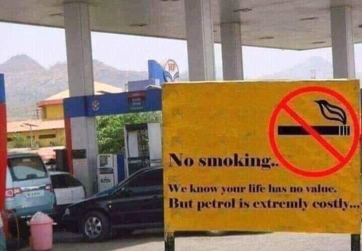 - ممنوع التدخين ، نحن نعلم أن حياتك ليس لها قيمه ، لكن البنزين باهظ الثمن 👌..!