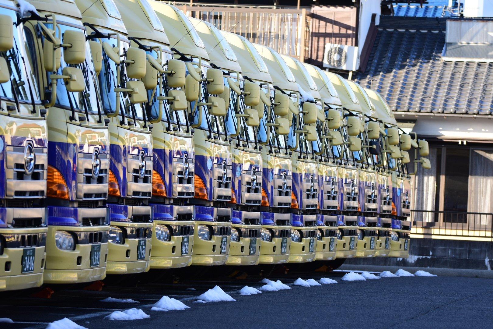 さすがプロww運送会社の仕事納めwwずらっと並んだ大型トラックが圧巻!!