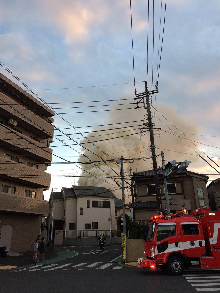 日野市日野台で大量の黒煙が立ち上る火災現場の画像