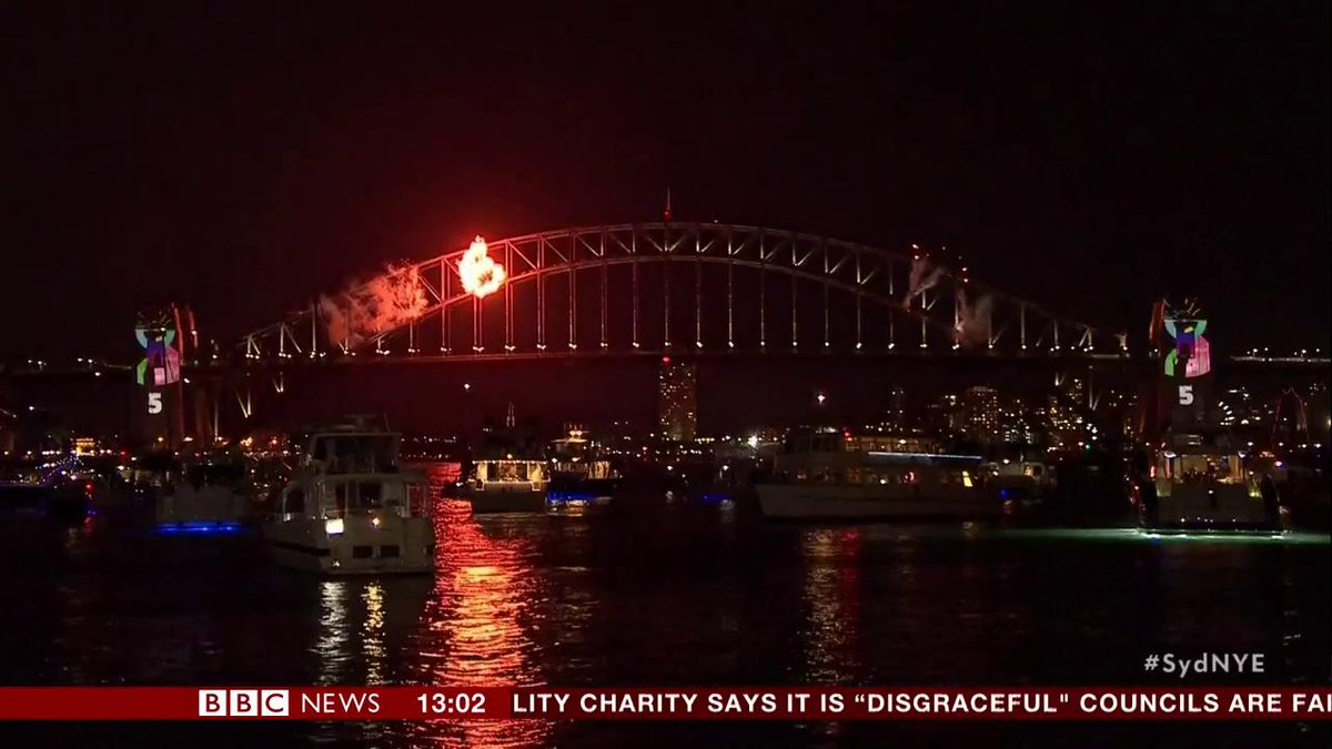 Image for the Tweet beginning: Fireworks extravaganza over Sydney Harbour