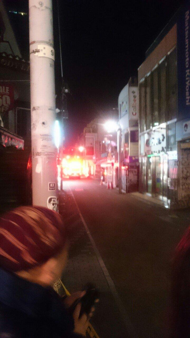 画像,東郷神社で初詣して出て来たら竹下通りで轢き逃げ事件が起きてた。大破した軽自動車と倒れてる人が何人もいた。警察はたくさん来て規制線貼ってるのに救急車がまだ来てない…