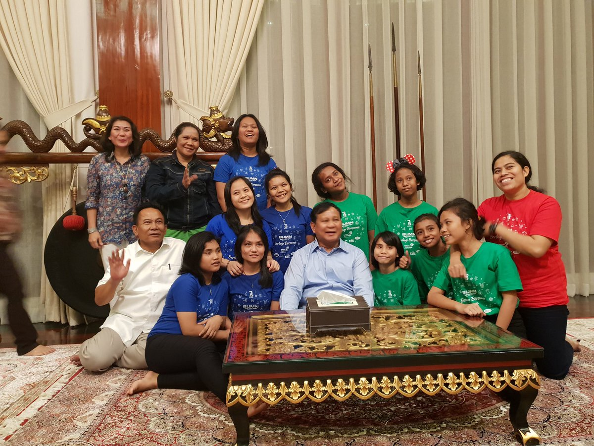 Prabowo Bersama kominitas difabel saat merayakan tahun baru