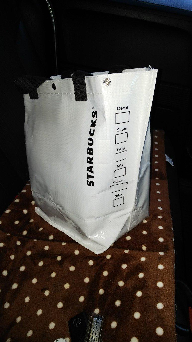 画像,スタバの福袋バッグはカップ柄マグカップとランチボックス https://t.co/DZDvGlefEG。