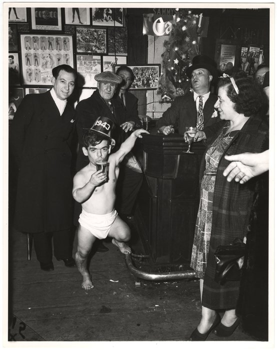 RT ICPhotog: New Year's Eve, the Weegee way. 🎉🎊🥂 📷 Weegee, [Shorty, the Bowery Cherub, celebrating New Year's Eve at Sammy's Bar, New York], 1943 #ICPCollections https://bit.ly/2GNrBmF