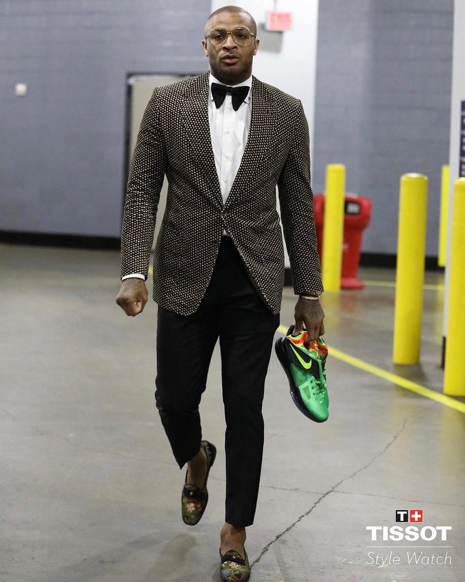 """1f89f8fd47 The @HoustonRockets arrive for tonight's game. P.J. Tucker ready for NYE  with """"Weatherman"""" KD 4s, @JHarden13 in Yeezy 500s.pic.twitter.com/ecvsagzqfb"""