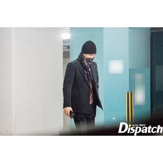 Kai EXO keluar dari gedung (Dispatch)