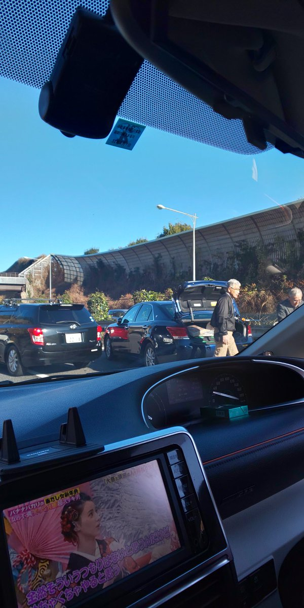 東名高速で12台が絡む玉突き事故の現場画像