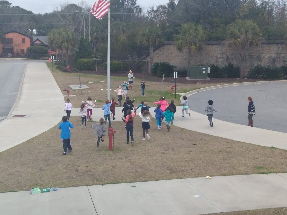 Third graders playing a game of Deer &amp; Resources. They&#39;re learning how as the population grows, the resources diminish. #science #learningbythesea #ohdeer <br>http://pic.twitter.com/Pm4q4aLRKW