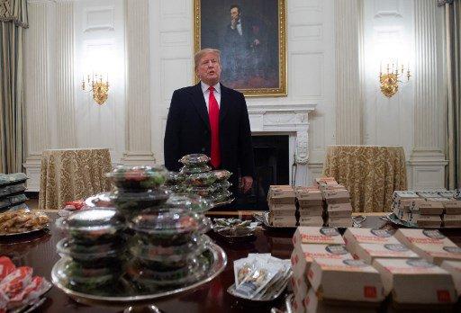 Trump paga 'fast-food' para visitantes da Casa Branca; assista #trump #fastfood #casabranca #visitantes #shutdown https://t.co/ndIfMAo44v