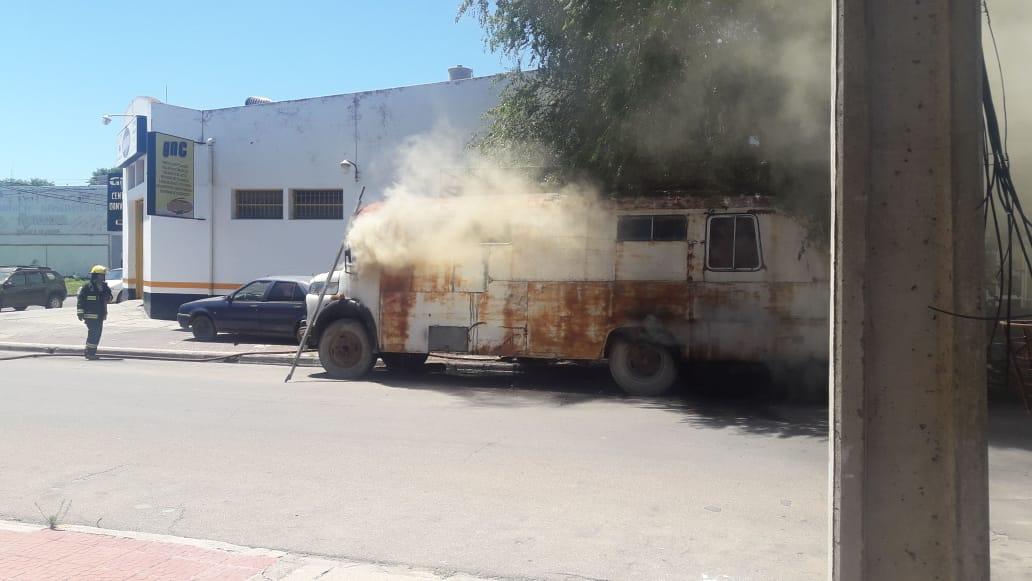#SantaRosa | Se incendió un colectivo a pocos metros de la Av. Luro
