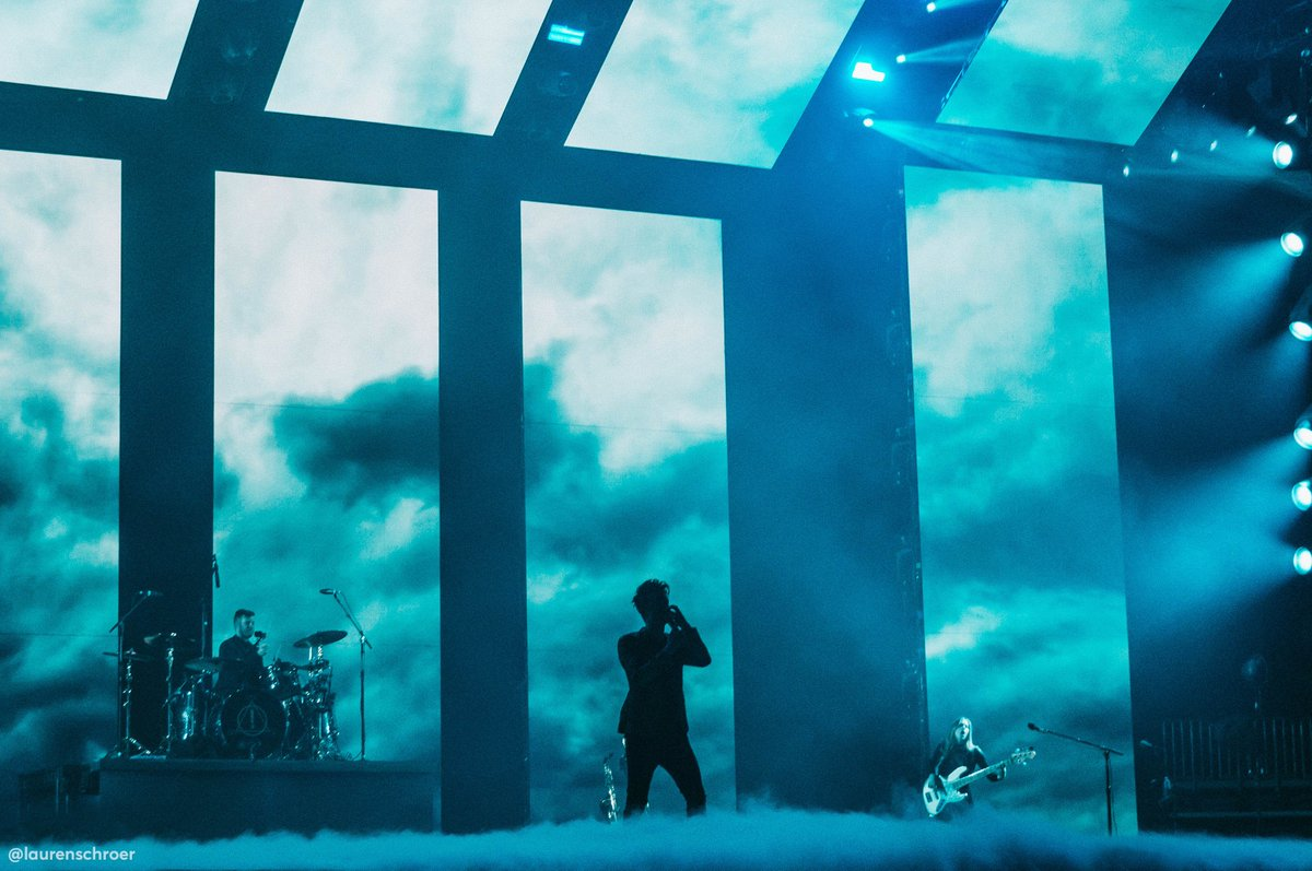 RT @laurenschroer: king of the clouds 👑☁️ some of my favourite visuals from the show! 💙 #pftwtourlaval #pftwtour https://t.co/k3mMmRNxSJ