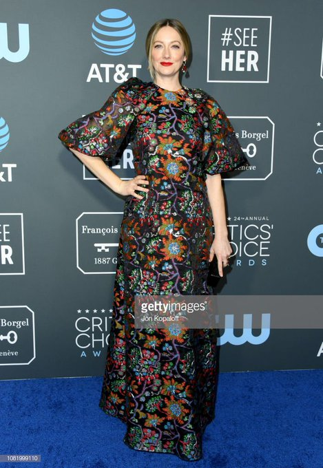 This is a 180 from her wide leg tuxedo at the Globes, but I love it just as much. #CriticsChoiceAwards Foto