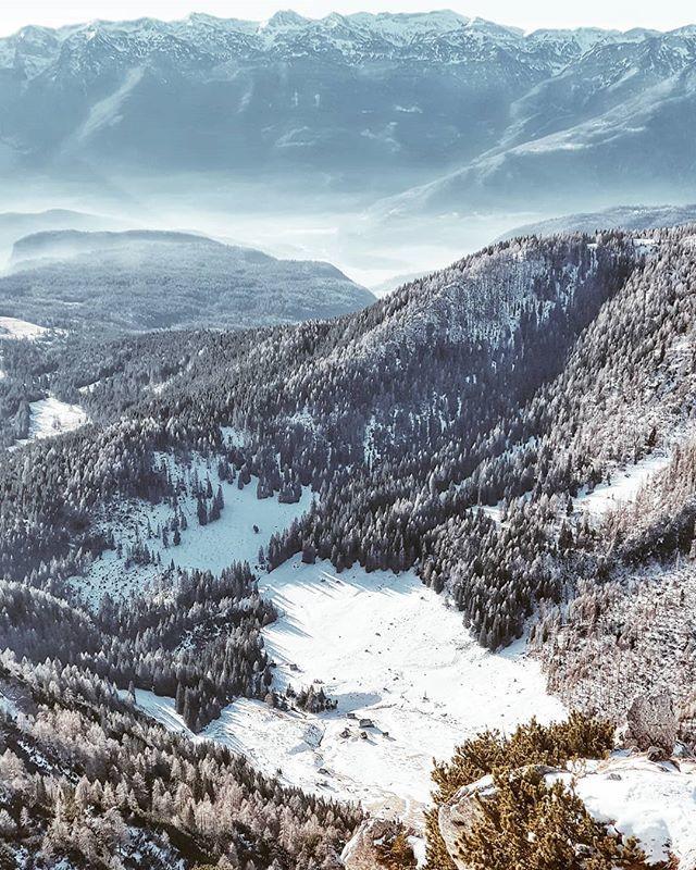 📍 Viševnik, 2050 m 📷 #GalaxyA9 @samsungslovenija  #gremovhribe #ljubimgore #womenwhoexplore #placetovisit #escapesnaps #kampadanes #mountainstories #alpinebabes #nasvetzaizlet #femmetravel #wanderlusttribe #dametraveller #sidewalkerdaily #girlsabroad…