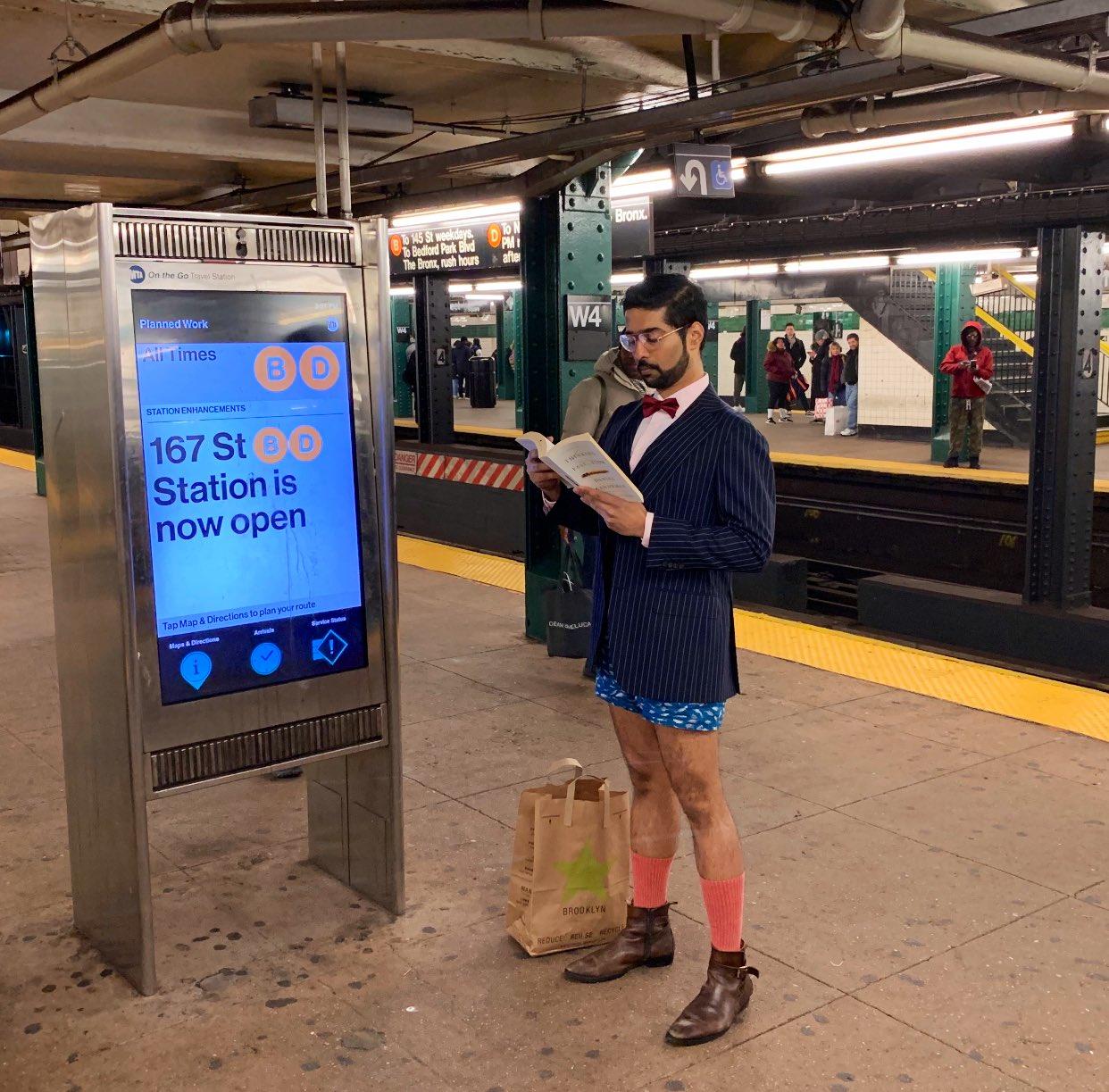 ニューヨークの地下鉄でみんなでノーパンツになる(ズボンを脱ぐ)イベント #NoPantsSubwayRideDay に参加中です! 2002年から開催されてて、今年も開催中!数百人規模の参加みたいです! 何より寒い!!!笑 Crazy No Pants Ride in New York City